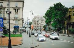 Samochody stoją na czerwonym światła ruchu na drodze w St Petersburg obraz stock