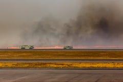 Samochody strażaccy zbliżają się Lotniskowego Szczotkarskiego ogienia w El Salvadore Zdjęcia Royalty Free