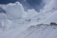Samochody stucked na śnieżnej górze Zdjęcia Stock