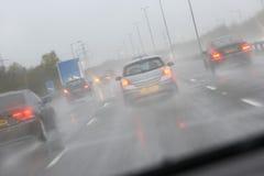 samochody target57_1_ autostradę dżdżystą Obrazy Royalty Free
