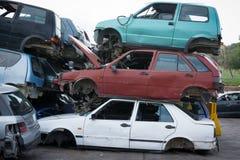 Samochody w junkyard, stos dla zdjęcia royalty free
