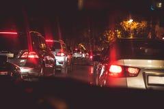Samochody w noc ruchu drogowego dżemu Patrzeć za samochodami Samochody są czerwienią, żółty nocy światło Nocy droga w mieście świ obrazy stock