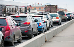 Samochody w ruchu drogowego dżemu na dużej miasto ulicie Obrazy Royalty Free