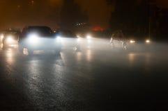 Samochody w ruchu drogowym przy nocą Zdjęcia Royalty Free