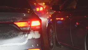 Samochody w ruchu drogowym w zimy nocy zbiory wideo