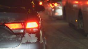 Samochody w ruchu drogowym w zimy nocy zbiory