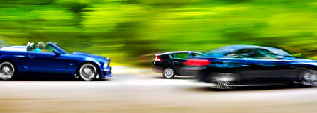 Samochody w zamazanym ruchu na drodze. Abstrakcjonistyczny tło. Fotografia Stock