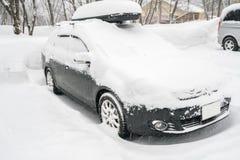Samochody zakrywający z białym śniegiem w zimie obraz stock