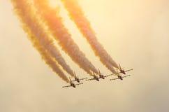 Samolotów myśliwów dym niebo i słońce Zdjęcia Royalty Free
