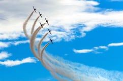 Samolotów myśliwowie dymią tło niebieskie niebo białe chmury Obrazy Stock