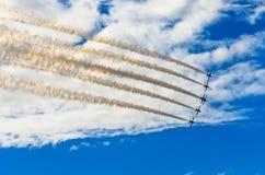 Samolotów myśliwowie dymią tło niebieskie niebo białe chmury Fotografia Stock