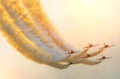 Samolotów myśliwowie dymią tło niebo i słońce Obrazy Stock