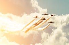 Samolotów myśliwowie dymią tło niebo i słońce Obrazy Royalty Free