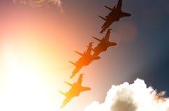 Samolotów myśliwowie przeciw tłu niebo i słońce Zdjęcie Stock