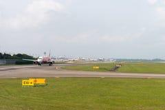 Samolot AirAsia linii lotniczej tani taxi w lotnisku Obraz Royalty Free