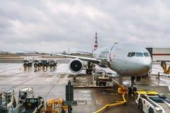 Samolot American Airlines usługiwał przy Londyńskiego Heathrow lotniskiem zdjęcia stock