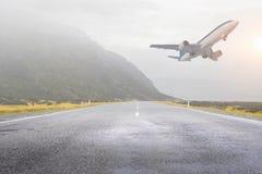 Samolot bierze daleko Mieszani środki fotografia stock