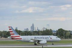 Samolot bierze daleko na pasie startowym przy Charlotte lotniskiem Zdjęcia Stock