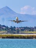 Samolot bierze daleko od Corfu miasteczka lotniska fotografia royalty free