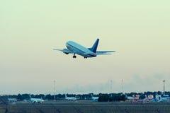 Samolot Bierze Daleko od lotniska Zdjęcia Royalty Free