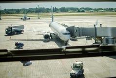Samolot blisko terminal fotografia stock