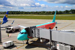 Samolot blisko terminal w lotnisku międzynarodowym Obrazy Stock
