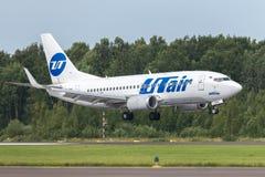 Samolot Boeing B737 UTair ląduje na pasie startowym przy lotniskowym Pulkovo Zdjęcie Stock
