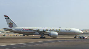 Samolot Boeing 777 Etihad Airways holuje pas startowy (A6-LRD) Lotnisko Abu Dhabi Obraz Stock