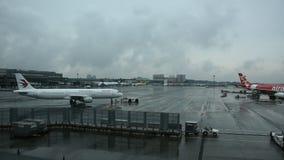 Samolot Boeing i japończycy przygotowywamy samolot dla zdejmujemy i lądujący na pasie startowym podczas gdy padający w Narita lot zdjęcie wideo