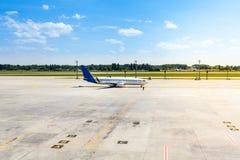 Samolot czeka w parking jego odjazd Obraz Royalty Free