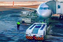 Samolot dołącza jetway lub pasażerski teleskopowy gangway na lotniskowym fartuchu Przygotowywa dla wsiadać pasażerów obraz royalty free