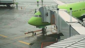 Samolot dokujący w Domodedovo lotnisku międzynarodowym zbiory wideo