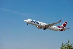Samolot firmy UTair start od Boryspil lotniska międzynarodowego Zdjęcie Stock