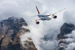 Samolot, góry w chmurzącym niebie samolot Fotografia Stock