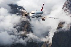 Samolot, góry w chmurzącym niebie samolot Zdjęcie Royalty Free