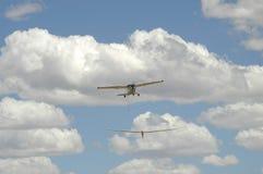 Samolot holuje szybowa w powietrze Obraz Royalty Free