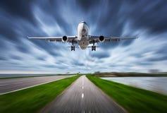 Samolot i droga z ruch plamy skutkiem Fotografia Stock