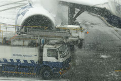 Samolot i odladzanie samochód przy śnieżycą Obraz Royalty Free