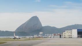 Samolot i sugarloaf góra w Rio De Janeiro fotografia stock