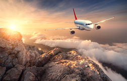 Samolot lata nad chmurami przy zmierzchem Krajobraz Obrazy Stock