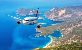 Samolot lata nad zadziwiającymi wyspami i morzem śródziemnomorskim Obrazy Stock