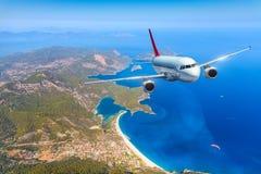 Samolot lata nad zadziwiającymi wyspami i morzem śródziemnomorskim Obrazy Royalty Free