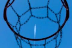 Samolot lata wysoce w niebieskim niebie, zdjęcie stock