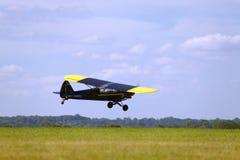 samolot latająca nisko Zdjęcia Stock