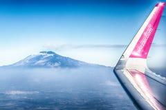 Samolot linia lotnicza Wizzair lata nad niebami Sicily fotografia stock