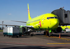 Samolot linie lotnicze S7 Airlines w przemianie teleskopowa drabina przy lotniskowym Domodedovo Zdjęcie Royalty Free