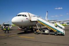 Samolot linie lotnicze, Ural Airlines, przygotowywający dla pasażerów ląduje przy Domodedovo lotniskiem Zdjęcia Stock