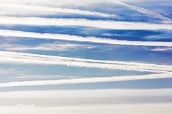 Samolot linie w niebieskim niebie i ślada Zdjęcia Stock