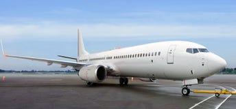 Samolot na lotniskowym terminal mlejącym pchającym z powrotem taxiway dla zdejmował Obrazy Royalty Free