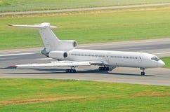 Samolot na opodatkowywa szlakowej lewicie lotniskowy widok od above Obrazy Royalty Free